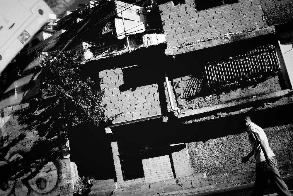 URBE SIGILOSA.Photography by Aaron Sosa.Petare, Caracas - Venezuela 2009.(Copyright © Aaron Sosa)