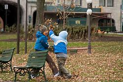 Criancas brincando em uma praca de Quebec, Canada/ Children playing at a Quebec square, Canada