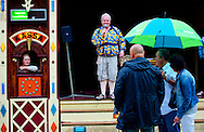 ROTTERDAM - Parade 2012 in het centrum van Rotterdam in de stromende regen tijdens de eerste dag van de zomer. Lieke van Lexmond  en Dick van den Toorn en Don Duys tijdens de voorstelling Ik hou het hier niet meer uit. COPYRIGHT ROBIN UTRECHT FOTOGRAFE