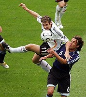 v.l. Miroslav Klose Deutschland, Gabriel Heinze<br /> Fussball WM 2006 Viertelfinale Deutschland - Argentinien<br /> Tyskland - Argentina<br /> Norway only