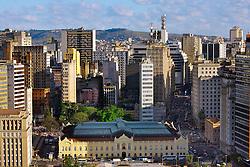 Patrimônio Histórico e Cultural de Porto Alegre, o Mercado Público foi inaugurado em 1869 para abrigar o comércio de abastecimento da cidade. Tombado como um Bem Cultural, passou entre 1990 e 1997 por um processo de restauração, agregando mais qualidade a sua estrutura e recuperando a concepção arquitetônica original. Além de oferecer bons produtos, o Mercado Público também atua como espaço para manifestações culturais e comunitárias. FOTO: Jefferson Bernardes/Preview.com