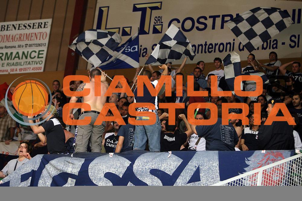 DESCRIZIONE : Siena Lega A1 2007-08 Playoff Quarti di finale Gara 3 Montepaschi Siena Upim Fortitudo Bologna <br /> GIOCATORE : Tifo Tifosi Fan Fans Supporter Supporters<br /> SQUADRA : Upim Fortitudo Bologna<br /> EVENTO : Campionato Lega A1 2007-2008 <br /> GARA : Montepaschi Siena Upim Fortitudo Bologna<br /> DATA : 14/05/2008 <br /> CATEGORIA : Fossa<br /> SPORT : Pallacanestro <br /> AUTORE : Agenzia Ciamillo-Castoria/E.Castoria