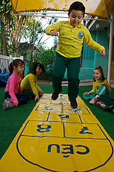 Jogo da Amarelinha ou Sapata (Macaca, em Portugal) é uma brincadeira infantil de origem Portuguesa muita antiga. O jogo consiste em pular sobre um desenho riscado com giz no chão, que também pode ter inúmeras variações. FOTO: Lucas Uebel/Preview.com