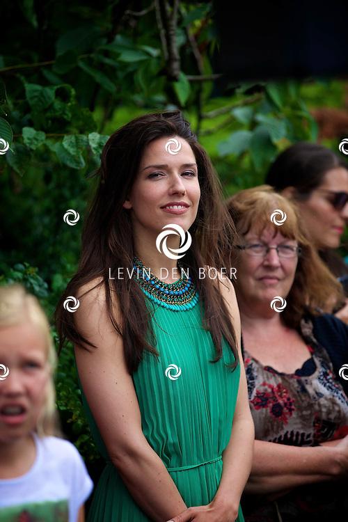BLARICUM - De officiële opening koffiehuis Blushing van Gordon. Met hier op de foto zangeres Renée van Wegberg. FOTO LEVIN DEN BOER - PERSFOTO.NU