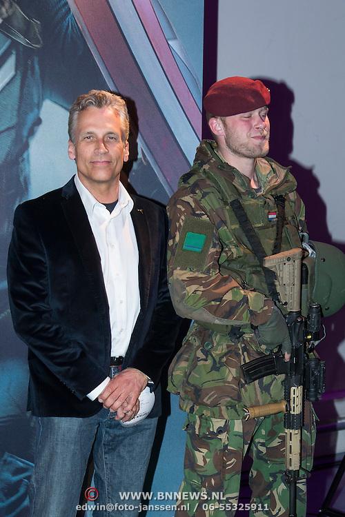 NLD/Amsterdam//20140326 - Filmpremiere Captain America The Winter Soldier, Robert Schoemacher en een soldaat