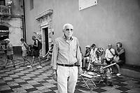 TAORMINA (ME) - 8 SETTEMBRE 2018: Antonio, che non vota da anni perché ha perso fiducia nella politica, in posa per un ritratto in Piazza IX Aprile a Taormina, l'epicentro dell'avanzata della Lega in Sicilia con il 23,52%,  l'8 settembre 2018