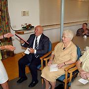 Boekoverhandiging aan bewoners 50 jarig bestaan bejaardentehuis Vooranker Huizen