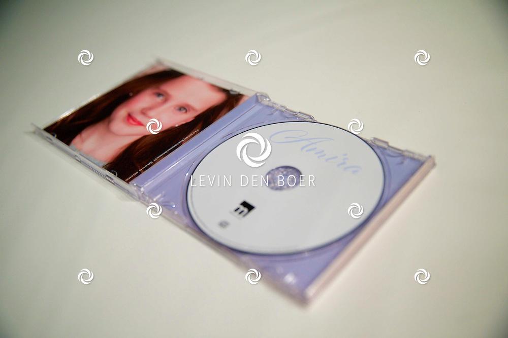 AMSTERDAM - In de tijgerzaal van Artis is de cd presentatie geweest van Amira Willighagen. Met op de foto  het eerste exemplaar van de CD van Amira. FOTO LEVIN DEN BOER - PERSFOTO.NU