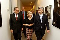 23 SEP 2002, BERLIN/GERMANY, 00:25 h:<br /> Gerhard Schroeder (L), SPD, Bundeskanzler, Doris Schroeder-Koepf (M), Kanzlergattin, und Joschka Fischer (R), B90/Gruene, Bundesaussenminister, auf dem Weg von Schroeders Buero zu nichtoeffentlichen SPD Wahlparty, in der Nacht zum 23. September 2002, Wahlabend der Bundestagswahl 2002, Willi-Brandt-Haus <br /> IMAGE: 20020922-01-114<br /> KEYWORDS: Gerhard Schröder, Wahlabend 2002, Doris Schröder-Köpf