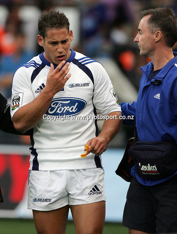 Luke McAlister walks off injured during the Rebel Sport Super 14 round 2 rugby union match between the Highlanders and the Blues at Carisbrook, Dunedin, New Zealand on Friday 17 February, 2006. The Highlanders won the match, 25 - 13. Photo: Hannah Johnston/PHOTOSPORT<br />