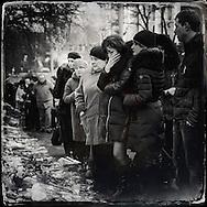 © Benjamin Girette / IP3 press : Kiev le 25 Fevrier 2014 : De nombreux Ukrainiens viennent rendre hommage aux manifestants abattus par des snipers lors d'affrontement avec les forces de police le 20 février dernier. Des milliers de roses et bougies sont installées aux différents endroits de la place ou des manifestants ont perdu la vie.