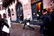 Frankfurt am Main | 08.12.2010..Hochzeit beim Zirkus Barelli, Jan Birk (jetzt Walliser, weisser Anzug) geht eine Lebenspartnerschaft mit Christian Walliser (dunkler Anzug) ein, die im Roemer in Frankfurt eingetragen wird.  Ramona Barelli fängt den Brautstrauss vor dem Roemer...©peter-juelich.com..[No Model Release | No Property Release]