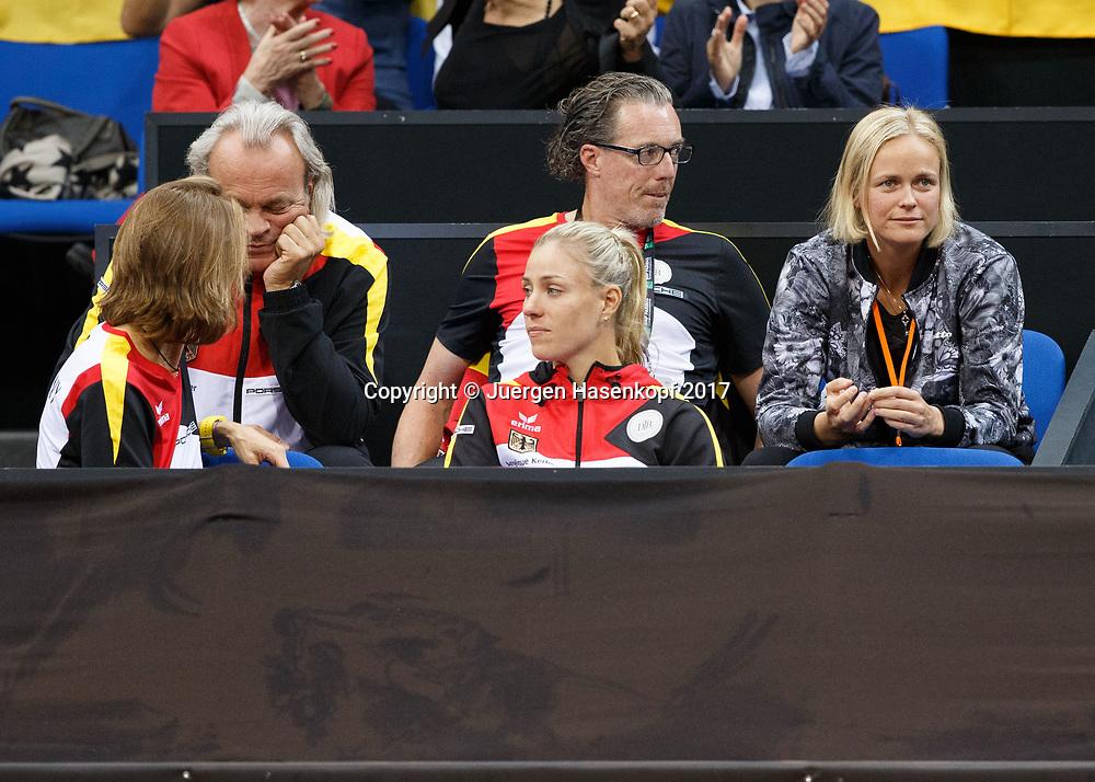 GER-UKR, Deutschland - Ukraine, <br /> Porsche Arena, Stuttgart, internationales ITF  Damen Tennis Turnier, Mannschafts Wettbewerb,<br /> Team Germany Loge, vorne ANGELIQUE KERBER, dahinter Mannschaftsarzt Dr. Ulf Blecker,DTB Trainer Dirk Dier und Anna-Lena Groenefeld.