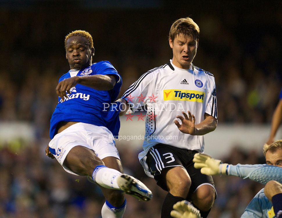 LIVERPOOL, ENGLAND - Thursday, August 20, 2009: Everton's Louis Saha scores the opening goal as SK Sigma Olomouc's Pavel Dreksa challenges during the UEFA Europa League Play-Off 1st Leg match at Goodison Park. (Photo by David Rawcliffe/Propaganda)