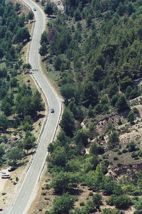 Blick auf eine Strasse in der Nähe des suedfranzoesischen Ortes Moustiers Sainte-Marie in der Provence. A road cuts trough the Provence in southern France.