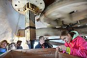 Nederland, Kekerdom,10-5-2014Nationale molendag. De molen is geopend voor belangstellenden. Zij malen spelt voor glutenverij speltbrood. Children in a traditional working windmill. This day the mills in Holland were open to public.