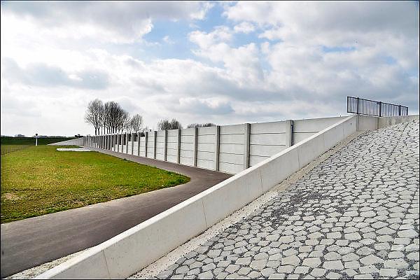 Nederland, Pannerden, 8-4-2015Het Regelwerk Pannerden. Rijkswaterstaat heeft een regelwerk gebouwd bij Pannerden, vlakbij de splitsing van de Waal en het Pannerdensch Kanaal. Bij hoogwater verdeelt het regelwerk het water vanuit de Rijn naar de beide riviertakken. Een vaste verhouding is belangrijk; te veel water in een van de riviertakken kan tot overstromingen leiden. Omdat verschillende werkzaamheden langs de rivieren de verdeling van water kunnen beïnvloeden, bouwde Rijkswaterstaat het regelwerk. Een hoogwatergeul en regelwerk met daarin regelbare openingen waardoor water extra water afgevoerd kan worden. Een soort kraan dus ter verdediging in de strijd tegen het water.Ruimte voor de rivier. Room, space for the river. Reducing the level, waterlevel,the,netherlands,holland,rhine,measures.FOTO: FLIP FRANSSEN/ HOLLANDSE HOOGTE