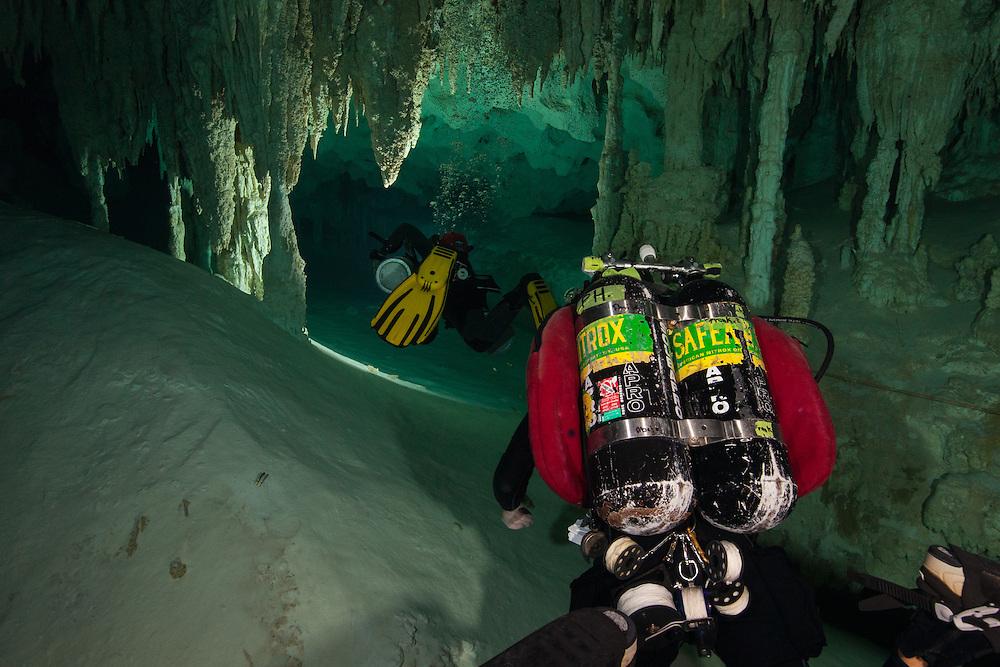 Plongeurs qui explore le système de caverne submergées No Hoch Na Chich, province du Yucatan, Mexique. | Cave divers explore No Hoch Na Chich cenote system located in Yucatan, Mexico.