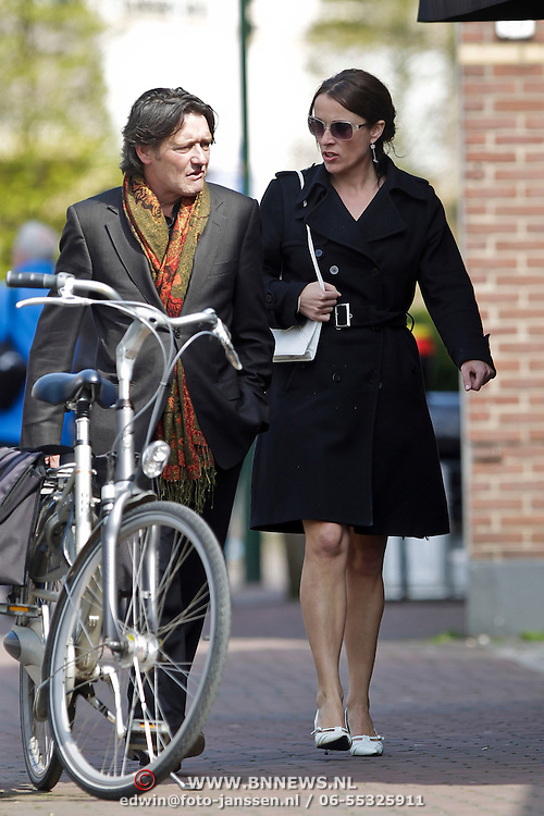 NLD/Laren/20100419 - Annick Boer en Pierre Bokma winkelend in Laren