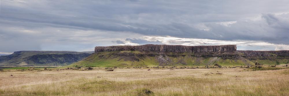 The montain Kálfafell is located in the hamlet with the same name, in south east Iceland, near the Vatnajökull glacier. It is in the municipality of Hornafjörður | Fjellet Kálfafell ligger i bygda med samme navn, sørøst i Island i kommunen Hornafjörður, like ved isbreen Vatnajøkul.