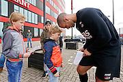 ALKMAAR - 20-10-2015, training Ron Vlaar, AFAS Stadion, handtekening, supporter.