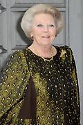 Hare Majesteit Koningin Beatrix wasvrijdagavond 22 juni in het Koninklijk Theater Carr&eacute; in Amsterdam de premi&egrave;re bij van de voorstelling The Life and Death of Marina Abramovic, als onderdeel van het Holland Festival. //// Her Majesty Queen Beatrix wasvrijdagavond 22 June in the Royal Theatre Carr&eacute; in Amsterdam at the premiere of the show The Life and Death of Marina Abramovic, as part of the Holland Festival.<br /> <br /> Op de foto / On the photo: <br />  Koningin Beatrix komt aan bij Carre