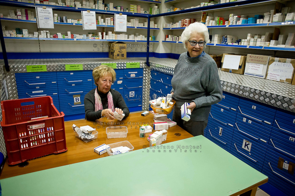 Roma 18 Novembre 2013<br /> La Fondazione Banco Farmaceutico ha consegnato  al Poliambulatorio Caritas di Roma i farmaci raccolti nelle farmacie comunali di Roma. I  farmaci verranno distribuiti alle persone in difficolt&agrave;  italiani e migranti. Volontarie  all'interno della farmacia della Caritas<br /> Rome November 18, 2013<br /> The Foundation Pharmaceutical Bank, has delivered to the clinic Caritas of Rome, drugs collected in municipal pharmacies in Rome. The drugs will be distributed to people in need  Italian  and immigrants. Volunteers in the pharmacy of Caritas