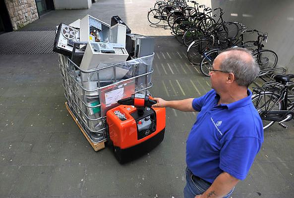 Nederland, Nijmegen, 16-9-2011Een krat met oude computers van de Radboud Universiteit wordt in een vrachtwagen geladen om afgevoerd te worden naar een recyclingsbedrijf.Foto: Flip Franssen/Hollandse Hoogte
