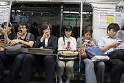 Det är helt tyst i tunnelbanan i Tokyo. Alla är upptagna med sina mobiler. Ingen pratar med varandra.