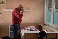 Dieter ist froh. Hier in der<br /> KRANKEN STUBE<br /> für Obdachlose kann er<br /> sich erholen. Erst mal. Gesundheitszentrum St. Pauli