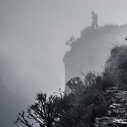 Fenda do Bimbe na beira do Planalto Central de Angola que aqui se eleva quase 1000m verticalmente e atinge, neste ponto, cerca de 2300m acima do nível do mar. Este lugar tem o seu próprio clima e ha certos dias em que todas as 4 estações podem alternar-se aqui. Esta fotografia foi tirada ao final da tarde depois de uma tempestade de verão. A temperatuva estava em torno de 14 °C - um dia fresco de verão no coração de África.