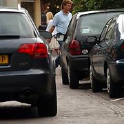 NLD/Laren/20050709 - John de Mol winkelend in Laren zonder beveiliging