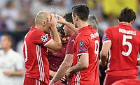 FUSSBALL CHAMPIONS LEAGUE  SAISON 2016/2017 VIERTELFINALE RUECKSPIEL Real Madrid - FC Bayern Muenchen          18.04.2017 Robert Lewandowski goennt Arjen Robben (li, FC Bayern Muenchen) eine Erfrischung