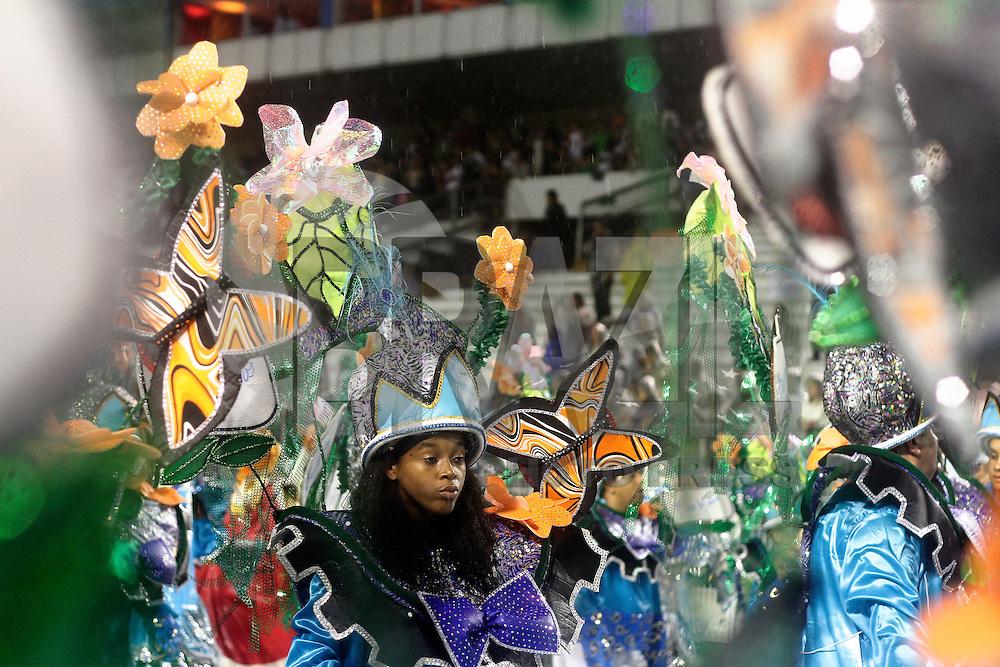 SAO PAULO, SP, 10 FEVEREIRO 2013 - CARNAVAL SP -UNIDOS DE SANTA BÁRBARA - Integrantes da escola de samba Unidos de Santa Bárbara durante desfile  do Grupo de Acesso no Sambódromo do Anhembi na região norte da capital paulista, neste domingo, 10 (FOTO:  LOLA OLIVEIRA / BRAZIL PHOTO PRESS).