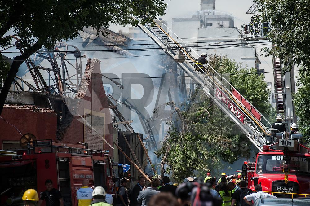 BUENOS AIRES, ARGENTINA, 05.02.2014 - INCENDIO - Oito bombeiros morrerao quando uma parede de uma fabrica no qual eles estavao apagando um incendio desabou por cima deles na cidade de Buenos Aires capital da Argentina. (Foto: Juani Roncoroni/ Brazil Photo Press).