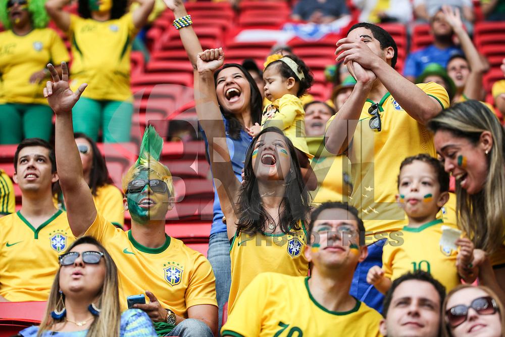 BRASILIA, DF, 23.06.2014 - COPA 2014 - BRASIL - CAMAROES - Torcedores momentos antes da partida entre Brasil e Camaroes pela terceira rodada do Grupo A da Copa do Mundo no Estádio Nacional de Brasilia, nesta segunda-feira, 23. (Foto: William Volcov / Brazil Photo Press).