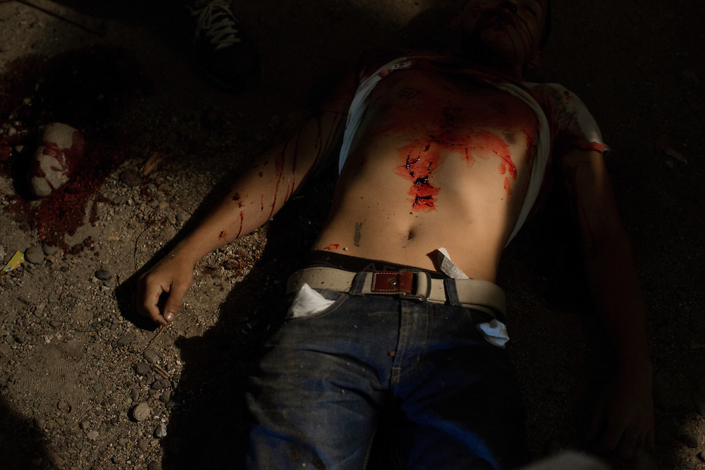 San Pedro Sula, Honduras<br /> <br /> Juan 27, sk&ouml;ts med ett flertal skott framf&ouml;r sin mammas hem. Han var deporterad fr&aring;n USA f&ouml;r ett par m&aring;nader sedan.<br /> <br /> <br /> <br /> Photo: Niclas Hammarstr&ouml;m
