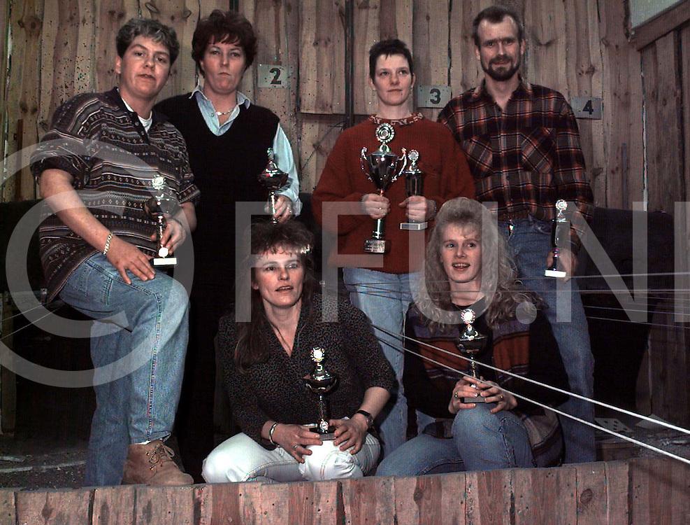 gramsbergen : winnaars schietvereniging dames team vennebuurt ( links drie vrouwen) en rechtts looozemars n..foto frank uijlenbroek¨1995/dio