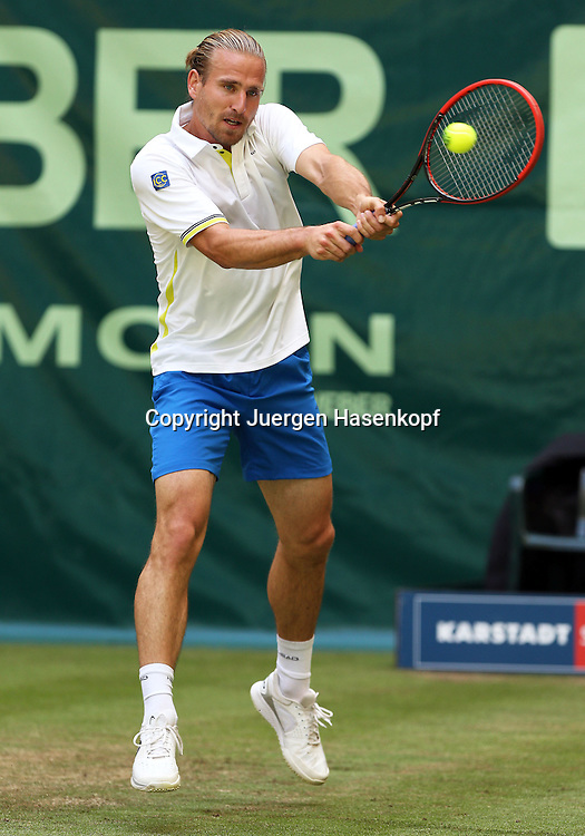 Gerry Weber Open 201, ATP World Tour, Rasentennis Turnier, International Series,Gerry Weber Stadion,Rasenplatz, Halle/Westfalen,<br /> Herren Einzel, Peter Gojowczyk (GER),<br /> Einzelbild,Ganzkoerper,Hochformat,
