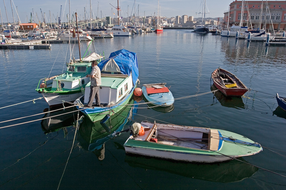 Embarcaciones pesqueras en la dársena de la Marina en La Coruña.