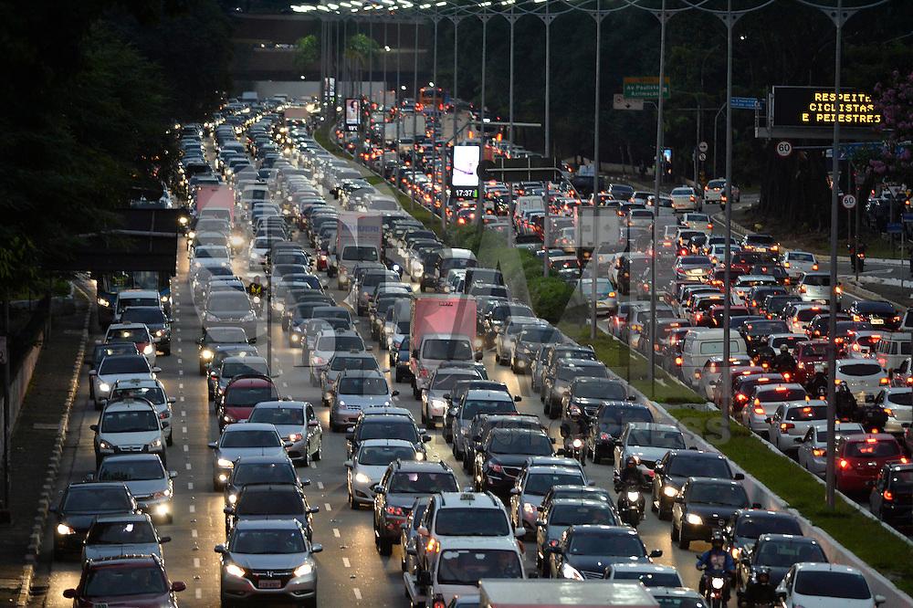 SÃO PAULO, SP, 25.05.2016 – TRÂNSITO-SP: Trânsito na Av. 23 de Maio, próximo ao Parque do Ibirapuera, zona sul de São Paulo na tarde desta quarta-feira, véspera de feriado prolongado. (Foto: Levi Bianco/Brazil Photo Press)