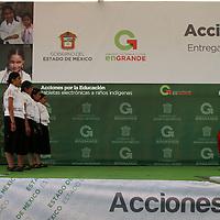 """Temoaya, Mexico.- El gobernador Eruviel Avila Villegas con mujeres Otomies durante el evento del programa """"acciones por la educacion"""" del gobierno del Estado de Mexico. Agencia MVT / Jose Hernandez."""
