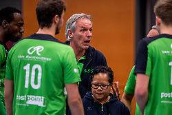 09-12-2017 NED: Advisie/SSS - Vallei Volleybal Prins, Barneveld<br /> Advisie/SSS liet geen spaan heel van buurman Vallei Volleybal Prins en won binnen een uur met 3-0 / Trainer/coach Willem Held of SSS, Teammanager Christien Timorason of SSS