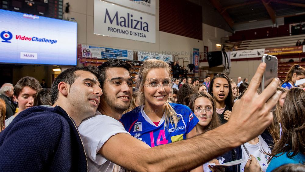 27-11-2016 ITA: Gorgonzola Igor Volley Novara - Nordmeccanica Modena, Novara<br /> Nova wint in drie sets van Modena / Laura Dijkema #14, publiek, fan, selfie