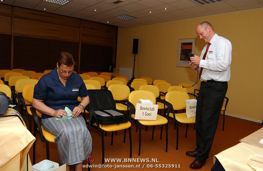 Ledenvergadering Rabobank Huizen, Jacquelline Wagemakerr, tellen stemmen