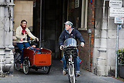 In Nijmegen fietst een gezin, met vader voorop en moeder met een kind in de bakfiets daarachter. Bakfietsen worden in heel Europa steeds vaker ingezet, zowel door particulieren als bedrijven. Het is een duurzame vorm van transport en biedt veel voordelen.<br /> <br /> In Nijmegen a family cycles with the father in front and the mother with a child in a cargo bike behind him. Cargo bikes are increasingly being deployed across Europe, both individuals and businesses. It is a sustainable form of transport and offers many advantages.