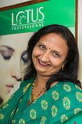 """Jagruti Pandya driver skönhetssalongen Beauty Parlour i Mumbai. Hon brände sitt ansikte en gång när hon skulle bleka sin hy. Nu har hon slutat göra sådana behandlingar på sig själv. """"Det är inte bra att använda blekningsmedel. Det innehåller kemikalier. Du har en blekare hud under tre fyra dagar, sen försvinner det."""""""