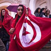 Tunisi, studentesse dell'Univeristà protestano davanto al Grand Theatre, simbolo della rivoluzione.