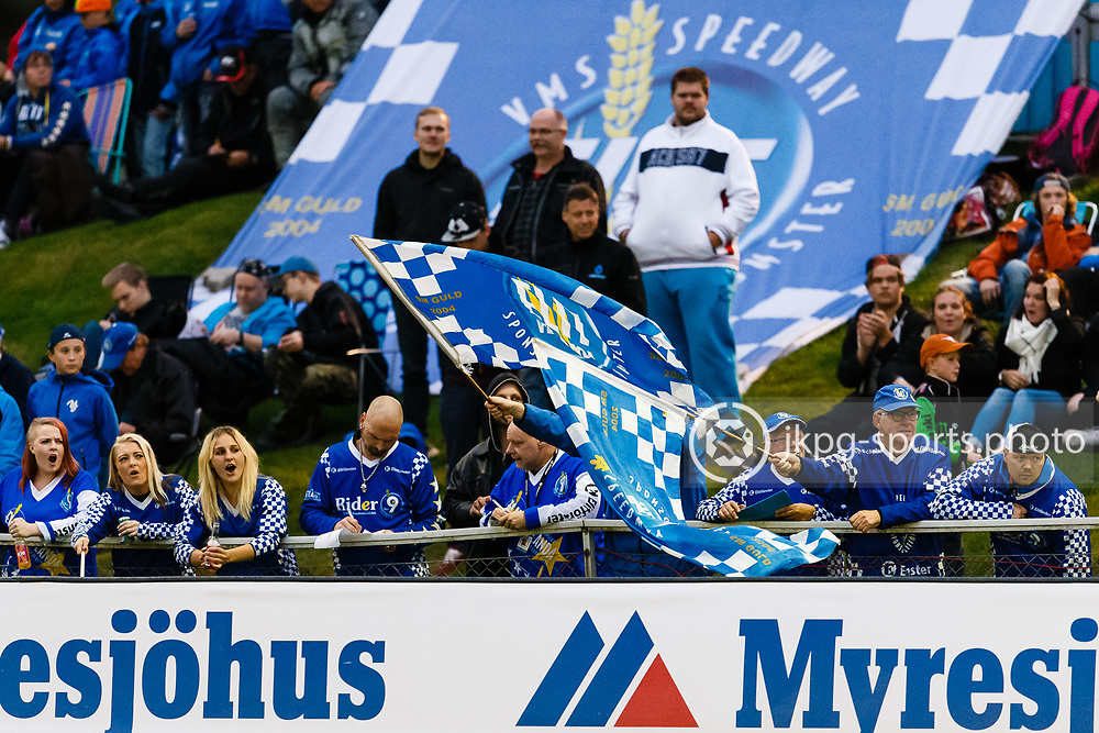 150916 Speedway, SM-final, Vetlanda - Indianerna<br /> N&aring;gra av Elit Vetlandas fans / Supportrar med flaggor under matchen.<br /> Speedway, Swedish championship final,<br /> Some fans of Team Vetlanda with flags during the game.<br /> &copy; Daniel Malmberg/Jkpg sports photo