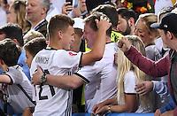 FUSSBALL EURO 2016 VIERTELFINALE IN BORDEAUX Deutschland - Italien      02.07.2016 Joshua Kimmich (li, Deutschland) mit Vater Berthold (re)